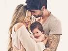 Ex-BBBs Adriana e Rodrigão mostram o rosto do filho pela primeira vez