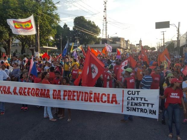 Central Única dos Trabalhadores (CUT) participa de protesto contra reformas (Foto: Thyago Macedo/G1)