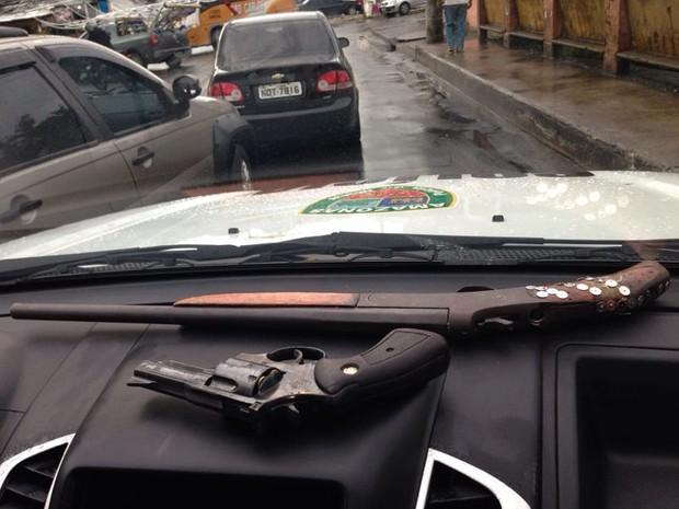 Suspeitos foram abordados na Avenida Grande Circular (Foto: Divulgação/Polícia Militar)