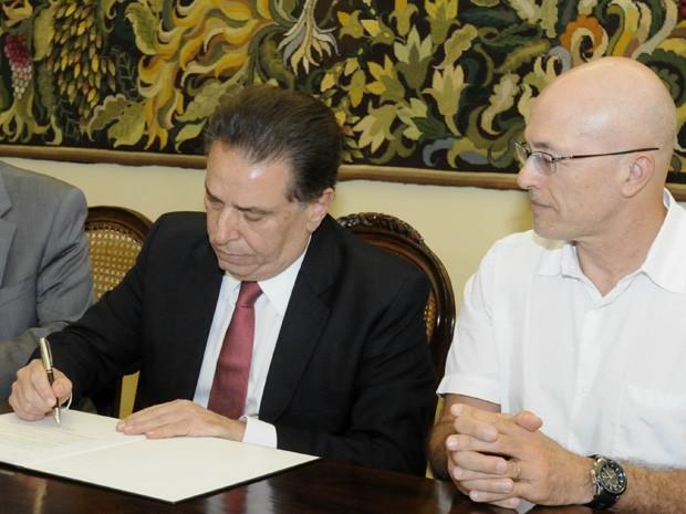 Cessão dos imóveis foi assinada nesta terça-feira (23), no Palácio do Campo das Princesas (Foto: Paulo Sérgio Sales/SEI)