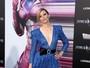 Elizabeth Banks usa look decotado em première de 'Power Rangers'