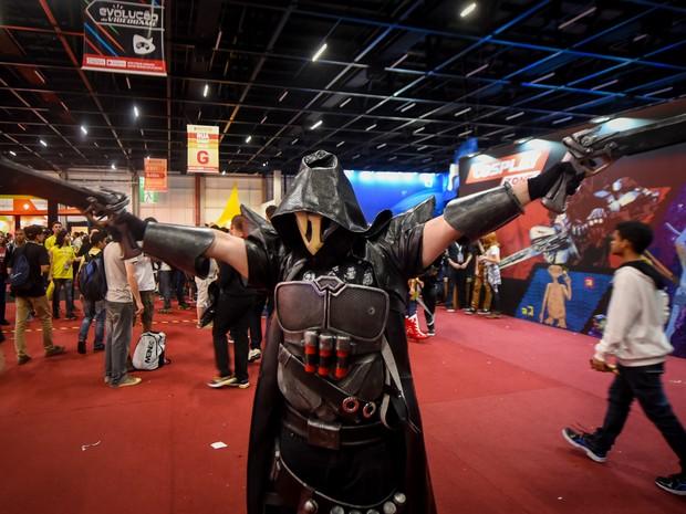 Participante fantasiado de Reaper, de 'Overwatch', no campeonato de cosplay na BGS 2016 (Foto: Flavio Moraes/G1)