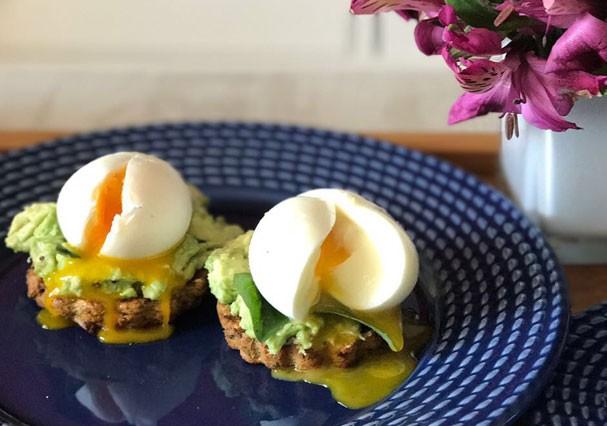 Ovos mollet em cama de avocado: pra quem é fã, isso é uma perdição! (Foto: Divulgação)