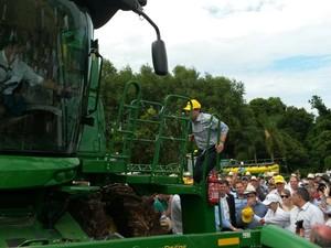 Após medida, Sartori deu explicações em lançamento de colheita (Foto: Reprodução/RBS TV)