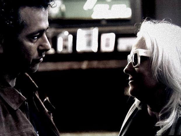 Pedro interroga Vic mais uma vez na mansão Mahler (Foto: O Rebu / TV Globo)