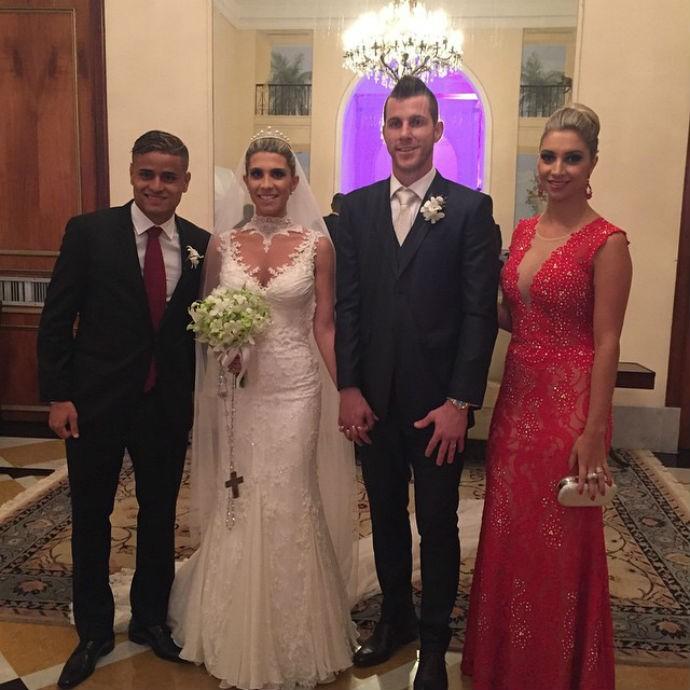 Everton e a mulher Juliane com os recém-casados (Foto: Reprodução/Instagram)
