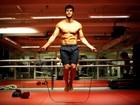Lucas Malvacini, o Anjinho de 'Amor à vida', exibe o tanquinho e mostra seu treino de boxe ao EGO