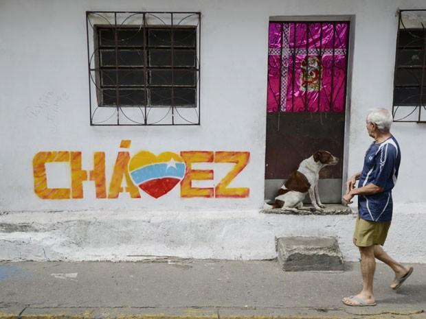 Pintura com o nome de Chávez é vista na Venezuela nesta quarta-feira (2) (Foto: AFP)