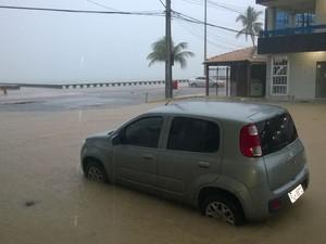 Alagamento atrapalha fluxo de carros nas proximidades da beira mar de Olinda (Foto: Marcos Correira/TV Globo)