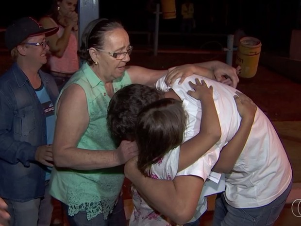 Mestre de obras Gabriel Araújo é abraçado pela família após ser solto de cadeia, em Goiás (Foto: Reprodução/TV Anhanguera)