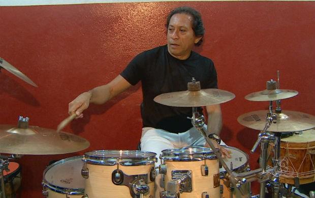 Músico João Batera ensaiando para show (Foto: Reprodução/TV Amapá)