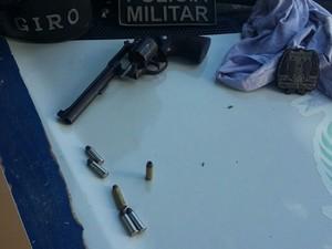 Arma utilizada no assalto foi apreendida pela polícia (Foto: Divulgação)