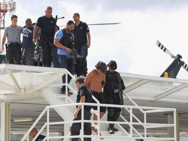 Chega de de Piná e 2D, levados de helicóptero de Búzios para a Cidade da Polícia (Foto: João Laet / Agência O Dia / Estadão Conteúdo)