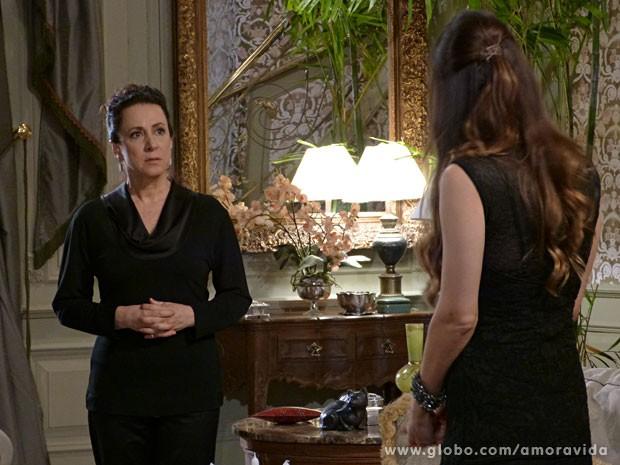 Lídia chocada ao saber que terá que jogar fora tudo que era de Nicole (Foto: Amor à Vida/ TV Globo)