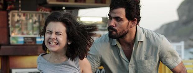 Paulinha tenta pedir socorro, mas Ninho impede (Foto: Amor à Vida/TV Globo)