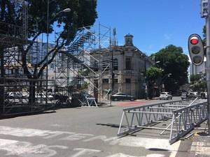 Montagem de estruturas do carnaval afetam trânsito no Campo Grande (Foto: Henrique Mendes / G1)