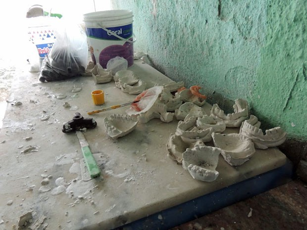 Fiscalização achou instrumentos de cirurgia, fórceps, anestésicos e outros elementos dentários (Foto: Divulgação/CRO-PE)