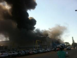 Incêndio começou na manhã deste sábado no galpão (Foto: Alessandra Dias/TV TEM)