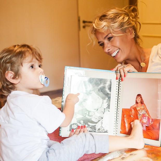 A apresentadora mostra fotos de sua infância para o filho, Vittorio (Foto: Lufe Gomes)