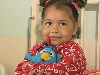 Criança espera pela cirurgia de intestino há dois anos  (Foto: Reprodução / RPC TV)