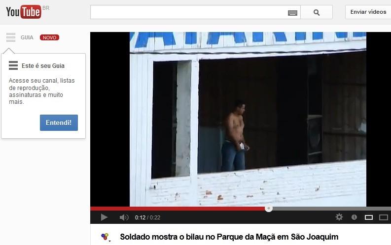 Soldado tirou a roupa durante rodeio em São Joaquim (Foto: Reprodução/YouTube)