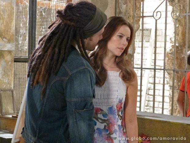 Ninho tenta beijar Paloma, e ela se afasta (Foto: Amor à Vida / TV Globo)