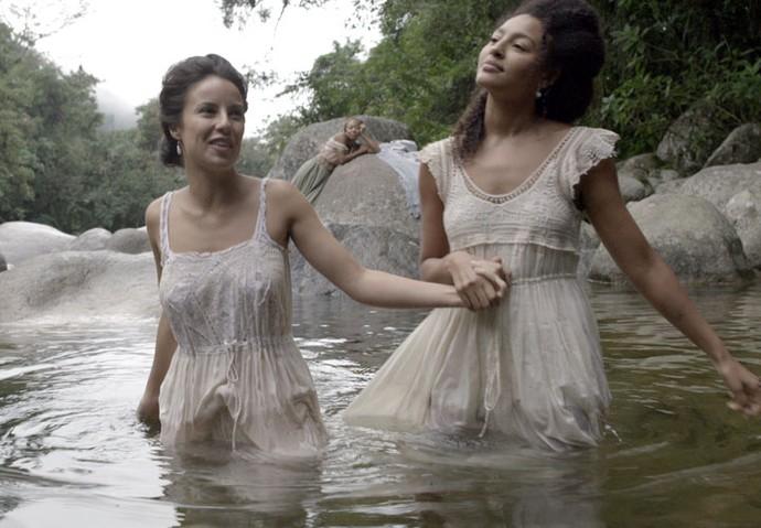 Joaquina e Bertoleza entram no rio (Foto: TV Globo)