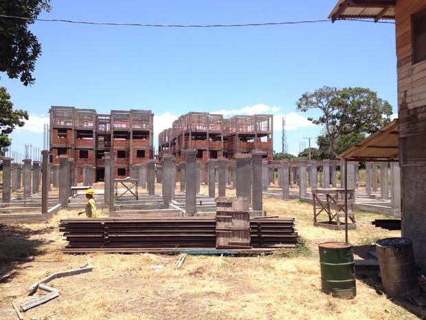 Obra de construção do conjunto habitacional Aturiá está atrasada (Foto: Abinoan Santiago/G1)