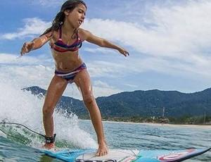 Irmã de 11 anos de Gabriel Medina, Sophia Medina segue os passos do irmão no surfe (Foto: Carol Fontes)