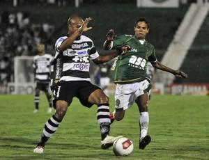 Fabinho disputa bola durante vitória do Guarani sobre o XV de Piracicaba (Foto: Rodrigo Villalba / Memory Press)