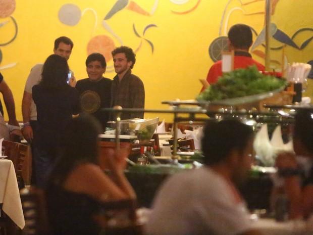 Maradona posa com fã em restaurante na Zona Oeste do Rio (Foto: Marcello Sá Barreto/ Ag. News)
