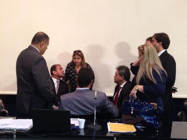 Silvânio Barbosa (sentado de frente) rodeado pelos demais vereadores durante discussão sobre pedido de vistas (Foto: Natália Souza/G1)
