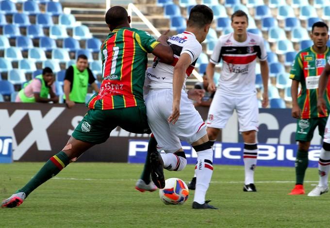 Sampaio e Santa Cruz ficaram no empate sem gols no Castelão (Foto: Biaman Prado / O Estado)