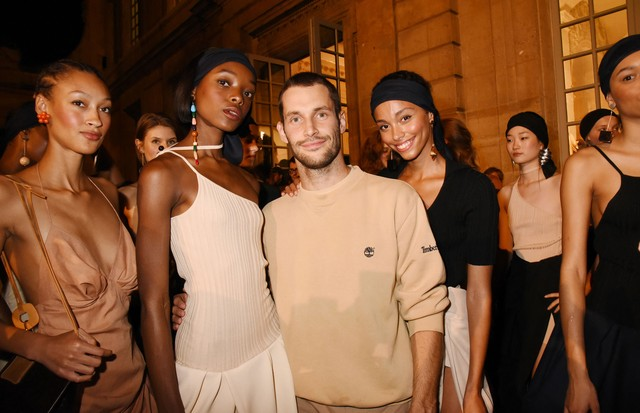 Simon Porte Jacquemus backstage with his models after his Spring/Summer 2018 presentation in Paris (Foto: GETTY)