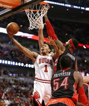 Derrick Rose faz cesta em vitória do Chicago Bulls sobre o Toronto Raptors na NBA (Foto: AP)