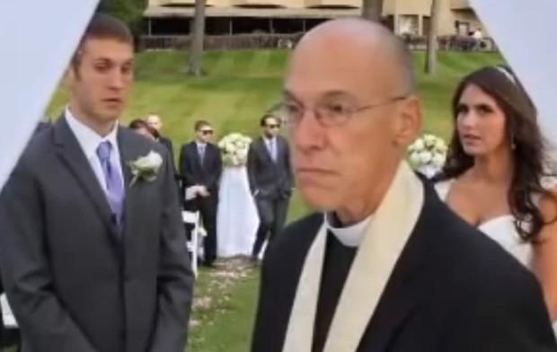 Padre ficou irritado com presença dos fotógrafos no altar e ameaçou parar a cerimônia (Foto: YouTube/Reprodução/Michael Borriello)