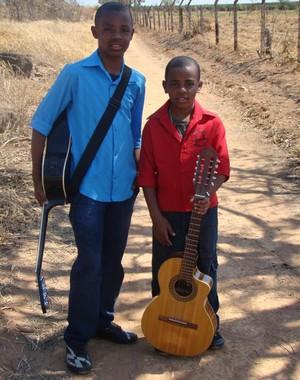 Os cantores pequeninos. Ariel aos nove anos e Augusto com seis (Foto: Arquivo pessoal)