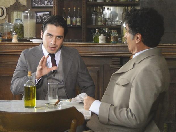Luciano começa a se abrir para Mario, falando até sobre Diva (Foto: Lado a Lado/TV Globo)