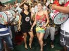 Monique Alfradique usa vestido curtinho em noite de samba