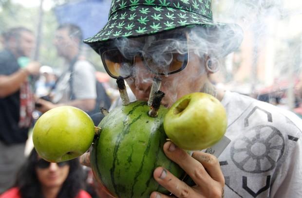 Jovem fuma a droga com 'cachimbo' feito com usado de melancia e maçãs (Foto: Fredy Builes/Reuters)