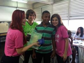 Josie Pessoa, Rafael Vitti e Bruna Hamú posaram para foto com Marlon Oliveira e sua primeira carteira de trabalho (Foto: Divulgação)