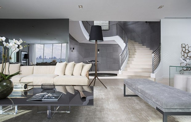 A escadaria é um dos detalhes mais impressionantes da propriedade (Foto: Reprodução)