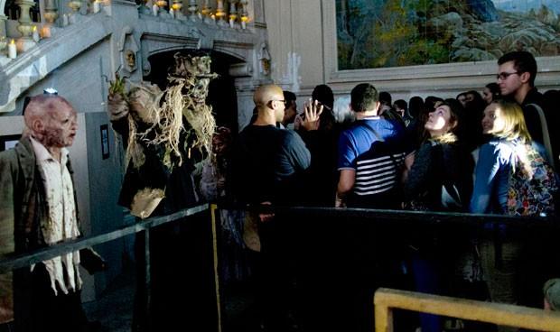 Zumbis animaram antes de show (Foto: Kenzo Tribouillard/AFP)
