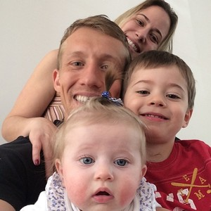 Lucas Leiva faz selfie com a família (Foto: Reprodução )