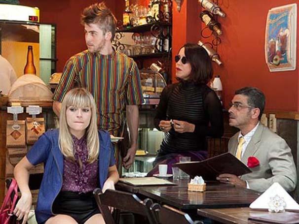 Cena de 'Alguém Acaba de Morrer Lá Fora', texto de Jô Bilac (Foto: Paula Kossatz)