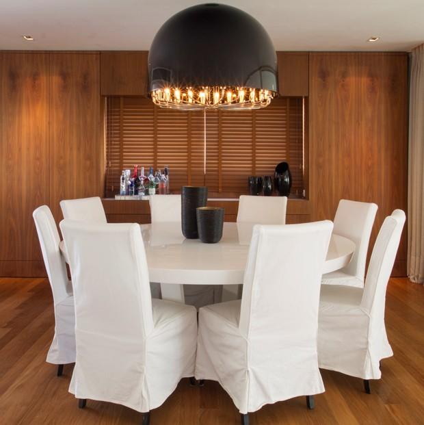 Ousando na decoração, é possível criar uma sala de jantar do seu gosto (Foto: Camila Klein)