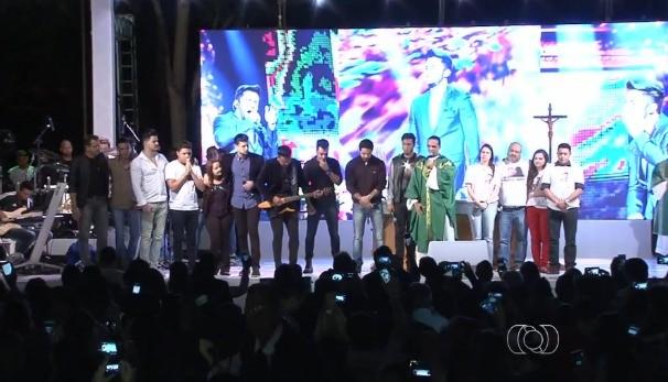 Missa de 7º dia de Cristiano Araújo foi marcada por homenagens. (Foto: TV Anhanguera)