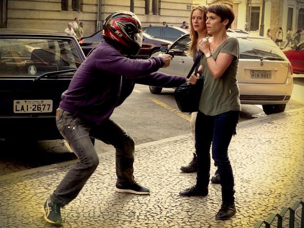Lúcio rouba dinheiro de Nina (Foto: Avenida Brasil / TV Globo)