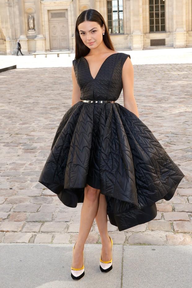 Isis Valverde chega para o desfile da Dior, em Paris (Foto: Getty Images)