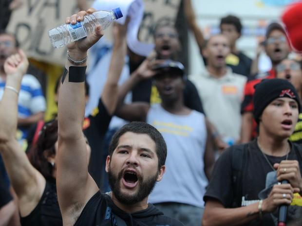 Manifestantes comemoram a liberdade dos manifestantes presos no último dia 15 nas escadarias da Câmara Municipal do Rio, na Cinelândia. (Foto: Fernando Frazão / Agência Brasil)